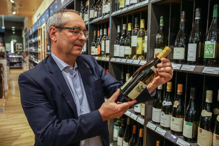 Benoit Beaudet devant le rayon vin à la SAQ